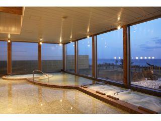 内風呂は木をふんだんに使用したお風呂と岩風呂。気泡風呂、寝湯、サウナも完備。