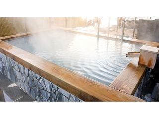 美白の湯は人工温泉で優れた温泉成分を多く含む。特長:火山地帯に多い泉質。硫黄を含有していることから血管拡張や皮膚の脂肪を溶かし軟化させるので美肌・鎮痒の作用も!