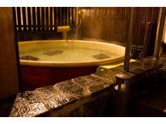 おむつのとれていないお子様ともご利用いただけるお風呂です。新陳代謝を高めるマイナスイオンが数多く発生し入浴するとリフレッシュ効果で森林浴と同じ清々しい気分に♪