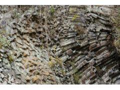 柱状節理がすべて横向きに並んだ白虎洞。