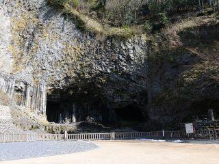 太古の地球の火山噴火によって流れ出たマグマが冷え固まった奇勝・玄武洞。