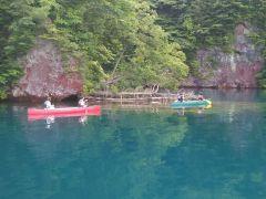 地層マニアにも人気! この静かな入り江でカヌーを自在に漕げるよう練習します。