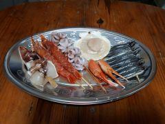 海鮮プランの食材(一人前)/イカ、エビ、ホタテ、貝、カニなど仕入れ状況によって変わります。