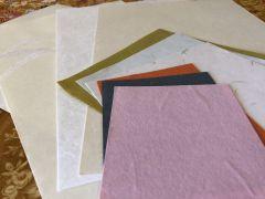 多彩な越前和紙から、選んで描きます。