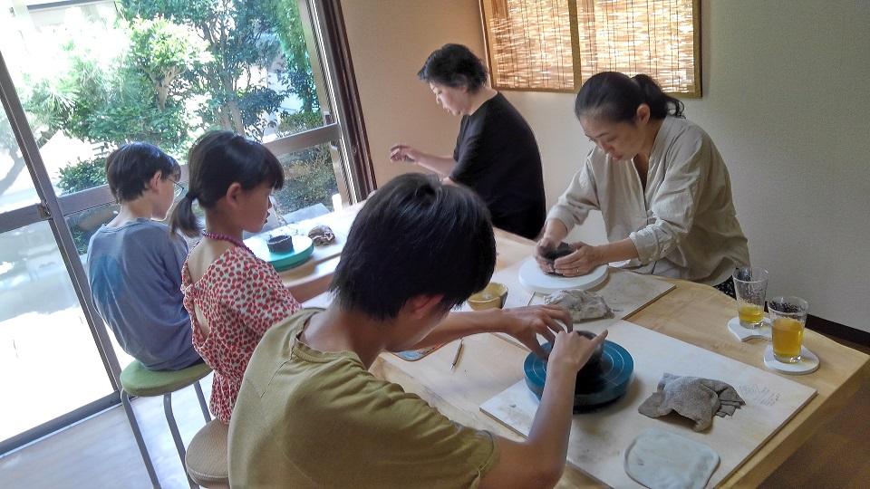 【手びねり陶芸体験】昔懐かしい雰囲気の古民家でゆったり陶芸体験!<カップル・ファ...