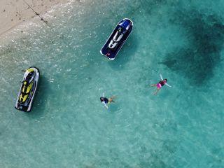 【1日限定2便】絶景ジェットツーリング 〜瀬底島経由→水納島行き 本島屈指の透明度を誇る美ら海ツーリング〜