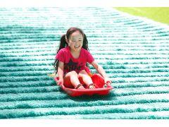 ジャンボすべり台 人工芝の長い斜面をそりで豪快にすべる、定番だけど大人気のアトラクション!
