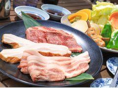 お肉は牛肉・富士桜ポーク・ベーコン・フランク、野菜盛りはキャベツ・玉ねぎ・人参・かぼちゃ・さつまいも・ピーマン、ご飯も付きます
