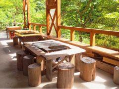 BBQハウスの中は、手作りのBBQ台や丸太の椅子などあたたかみのある雰囲気。