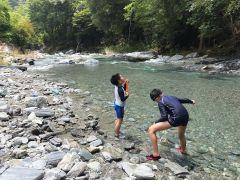 訪れる方はみなさん、澄んだ川の美しさに歓声をあげられます。