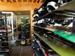 CBレンタル。店内の様子。スキー・スノーボードセット・ウェアの豊富な品揃えがうれしい。