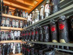 ひさ家直営「CBレンタル」店内の写真です。スキー・スノーボードセット・ウェアの品揃え。用品販売も行っております。