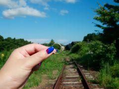 廃線となった蛸島駅。線路の上で記念写真が撮れる貴重な体験も自由に楽しめます