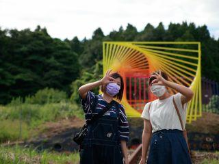国際芸術祭のモニュメントが近くにあり、アートイベントと合わせて楽しめます