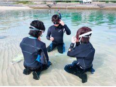 器材の使い方や、水中での呼吸の仕方、サインの出し方など、一つひとつ丁寧に習います!