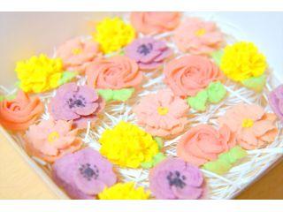 季節に応じて、2~3種類のお花を絞っていただけます。大きさにもよりますが、20~30枚のクッキーが出来上がります!