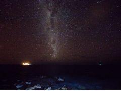 真っ暗になると、天空と海面の区別が難しくなります。