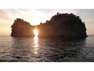 円月島に沈む夕日を間近でご覧になれます。