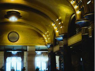 黄金のロビー ドーム天井