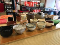 茶碗は季節の物を揃えておりますので、お好きなものを選んで点てられます。