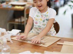 ろくろを使わない簡単な手法で作ります。就学前のお子さまでも楽しく参加できます♪