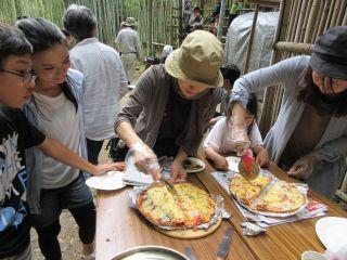 竹林で、みんなでピザとバームクーヘンを作りましょう。