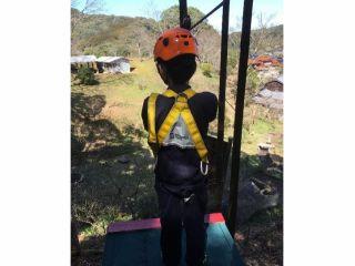 ハーネスとヘルメットを装着し、長さ60mのジップラインに挑戦(体重25kg以上)