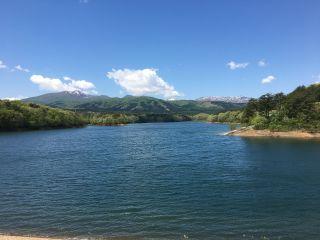 遠くの山脈と雄大な溜池のコラボがとてもきれいな場所です!
