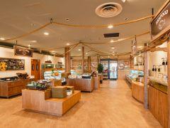 YAKIYAの店内は、ブラックやウッドを基調としたシックで明るい雰囲気で、時間を楽しく演出します。
