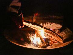 キャンプのだいご味はなんといっても焚火!防火シートと焚火台をご利用いただければ芝生の上で焚火もご利用いただけます!