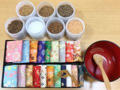 白檀、丁子、龍脳などの天然の香原料で和の香りをつくります。色とりどりの袋の中から、お好きな色柄をお選びいただけます。