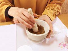 乳鉢でスリスリ、材料を混ぜていただきます。