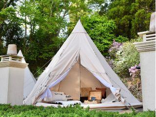 ★グランピングテントは専用ウッドデッキに配置されています♪隣接テントとの距離に余裕を持たせていますので、プライベートな空間でお過ごしいただけます。