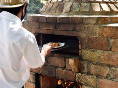 テント付きプランをご利用のお客様には当施設自慢の釜焼きピザをサービスしております。