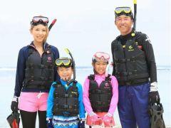 お子様からご家族でご参加いただけます。世界最大の潜水指導団体「PADI」のシューノケルガイドコースプログラムでご案内いたします。